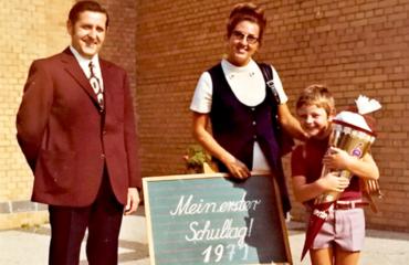 Frank Düring op zijn eerste schooldag met papa en mama