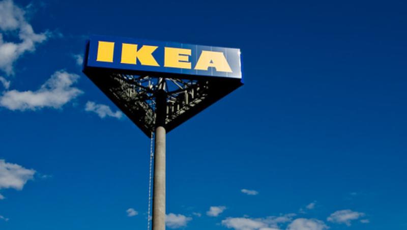 IKEA logo op paal met blauwe lucht